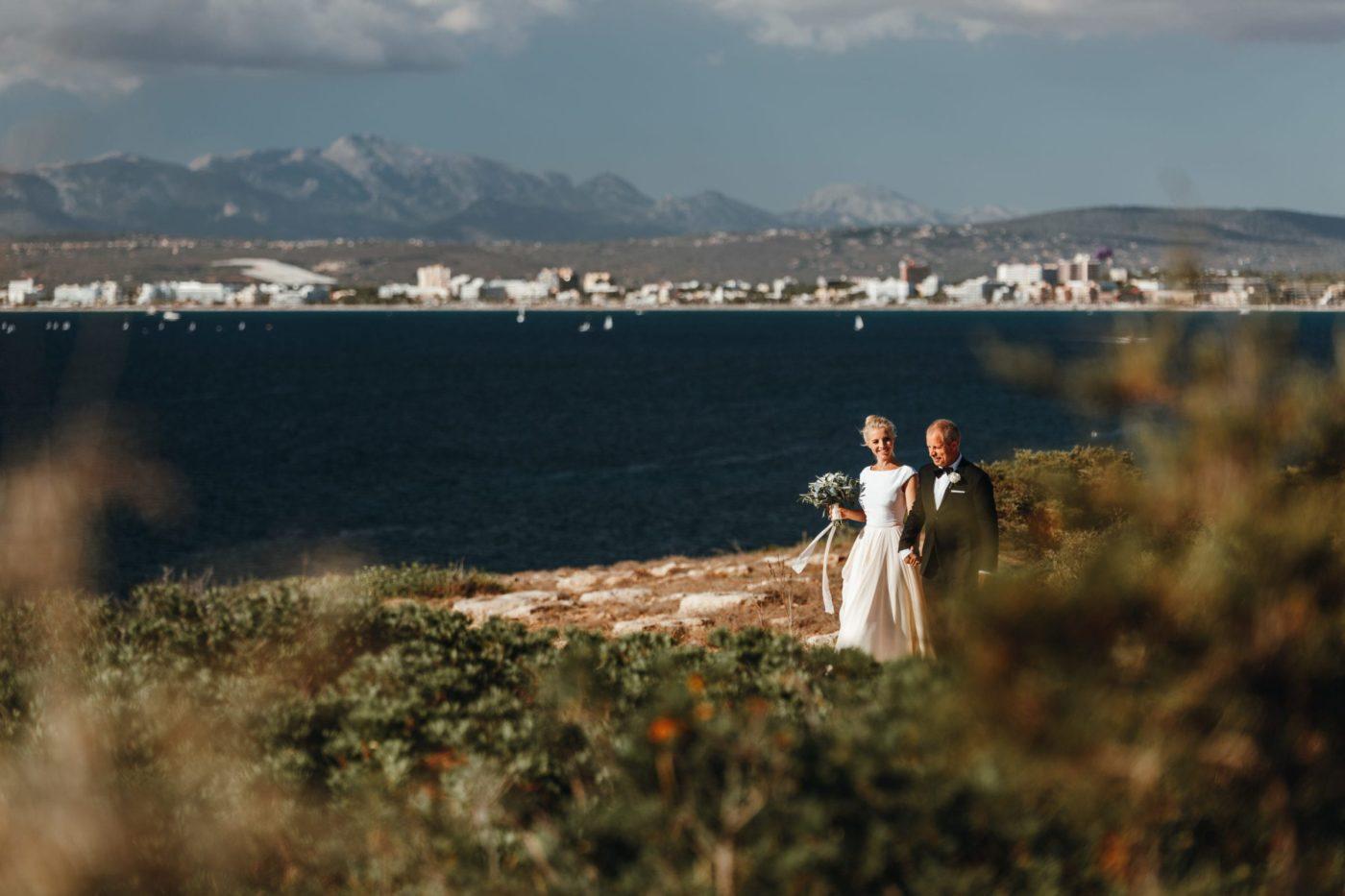 Die Braut mit ihrem Vater auf dem Weg zur freien Trauung.