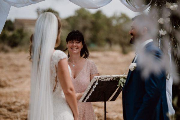 Nahaufnahme des Brautpaares und mir wie wir uns gemeinsam glücklich anlächeln.
