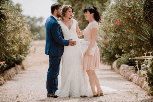 Ein hübsches Foto von mir und dem Brautpaar während eines lieben Gesprächs nach der Trauung. Beide bedanken sich gerührt bei mir.