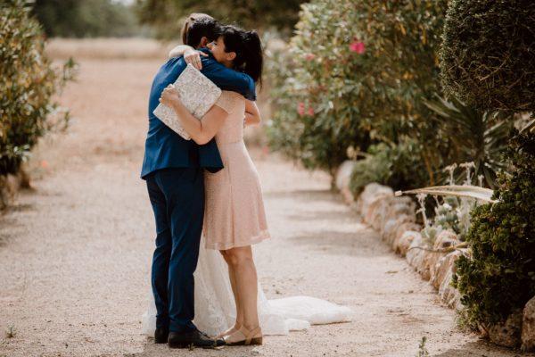 Der Bräutigam umarmt mich nach der Trauung vor Freude.