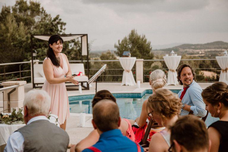 Ich bei einer Hochzeitszeremonie direkt am Pool der Finca Inka in Porrees auf Mallorca.
