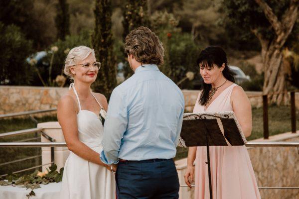 Das Braut paar steht Hand in Hand vor mir kurz vor dem Ringwechsel.