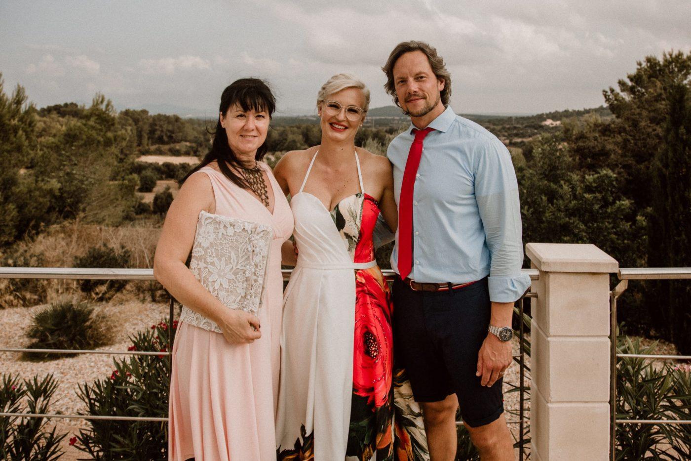 Gruppenbild mit mir und dem lächelnden Brautpaar nach unserer freien Trauung auf Mallorca.