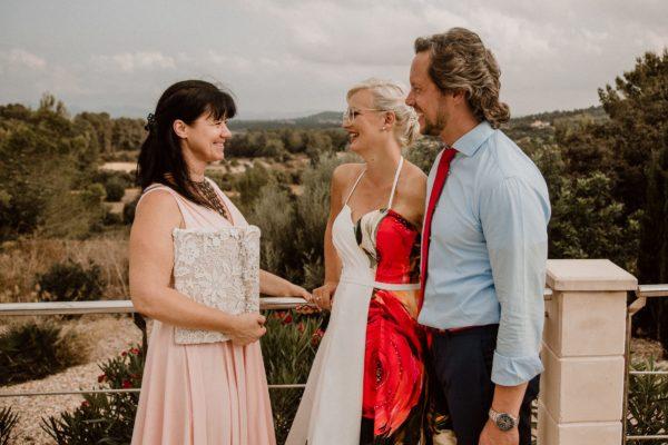 Wir drei, das Braut paar und ich nach der Zeremonie vor der wunderschönen Umgebung der Hochzeitsfinca Inka in Porrees.