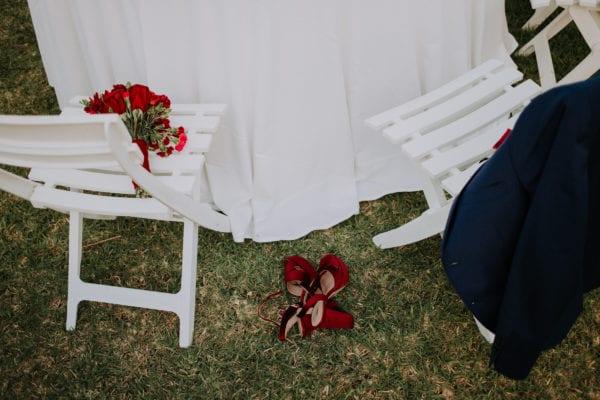 Detailaufnahme der Brautschuhe im Gras.