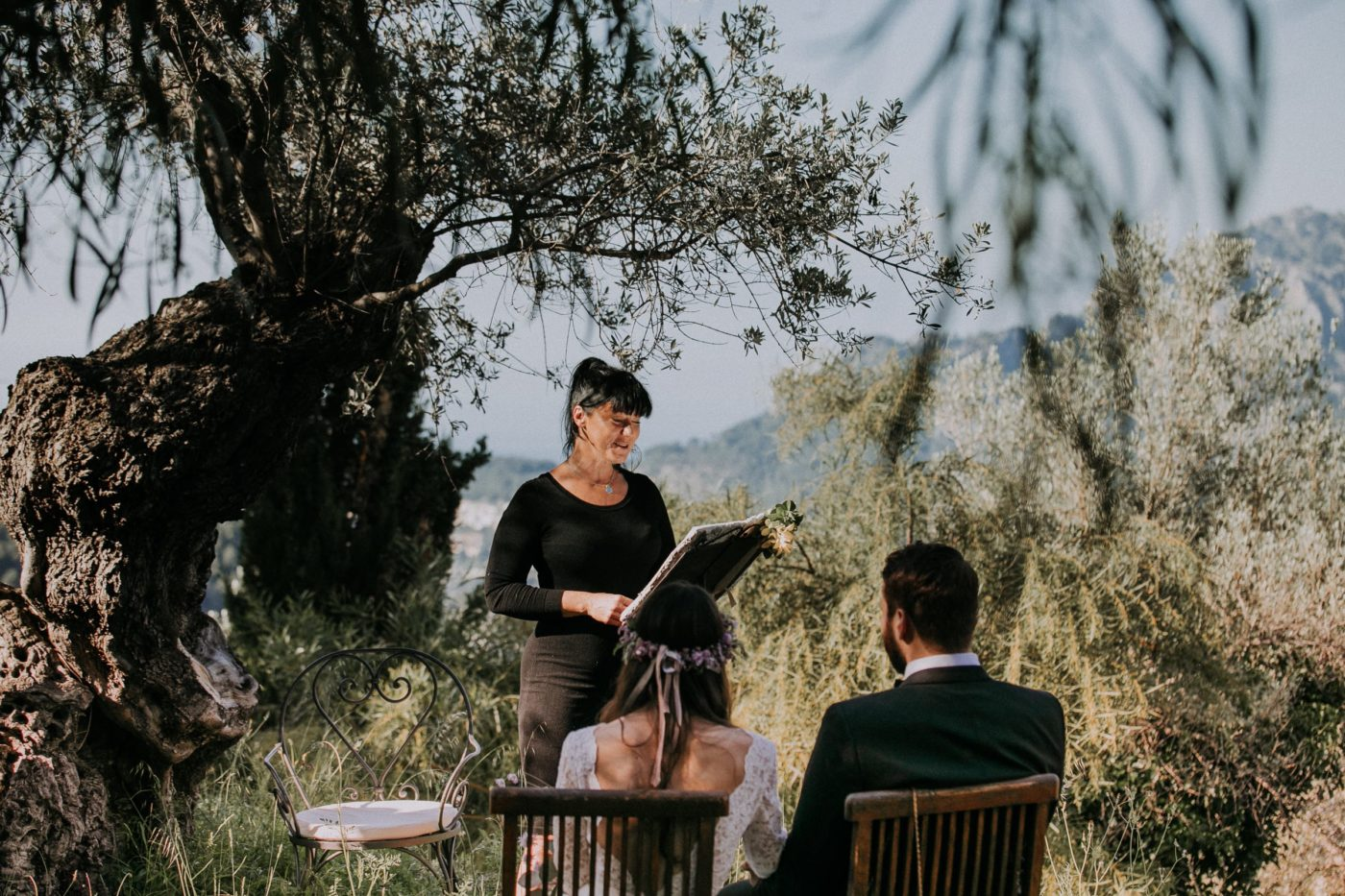 Eine intime Elopement Hochzeitszeremonie unter Olivenbäumen in der Hochzeitslocation Cas Xorc auf Mallorca.
