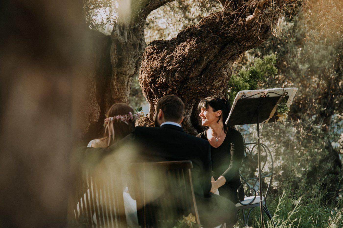 Wir hören gemeinsam der Musik zu während der Trauung in den Bergen von Soller auf Mallorca.