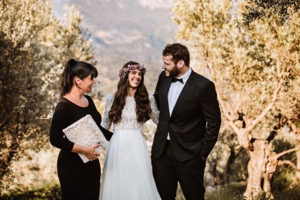 Das überglücklich lächelnde Brautpaar und ich nach der Zeremonie.