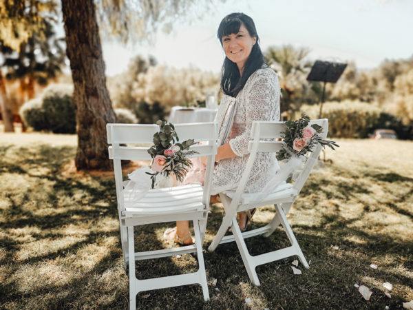 Ein Foto von mir als Traurednerin auf Mallorca nach der Zeremonie auf den Stühlen des Brautpaares.