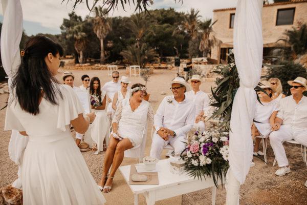 Lachendes Silberhochzeitspaar während der Trauzeremonie auf Mallorca zur Erneuerung des Eheversprechens