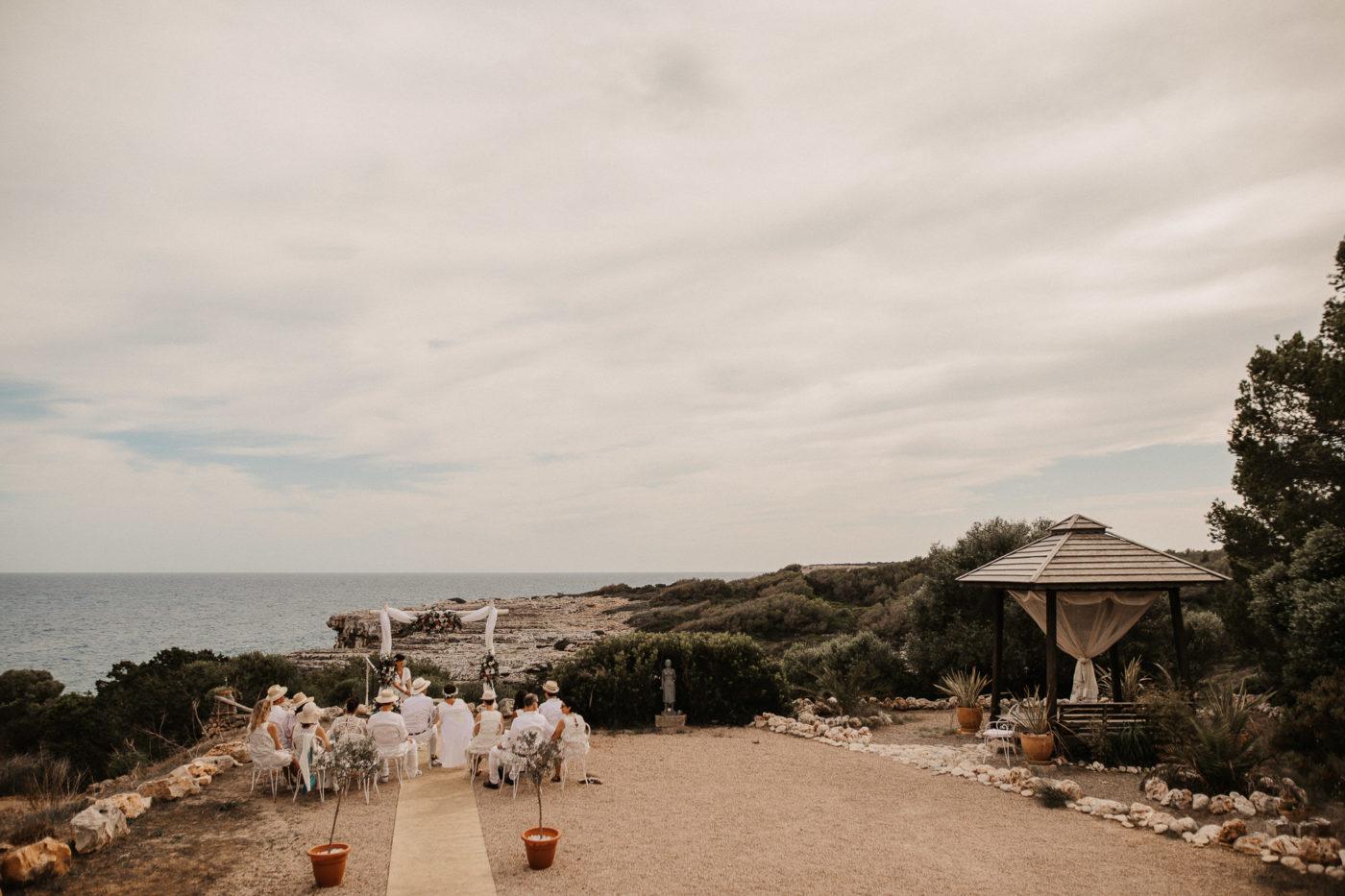 Blick auf das meer und der Trauzeremonie einer Silberhochzeit auf Mallorca