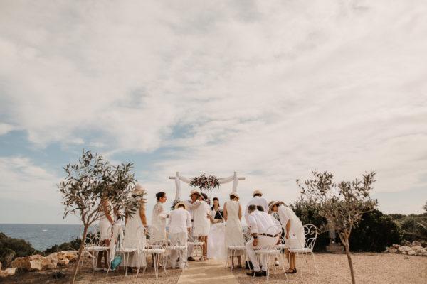 Küssendes Silberhochzeitspaar zum Beginn der Trauzeremonie.