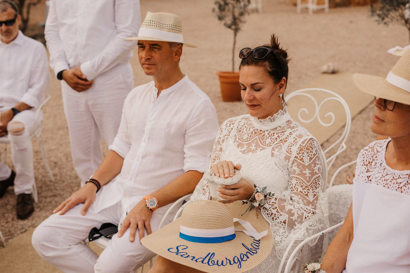 Hochzeitsgast während eines Traurituals mit den Eheringen