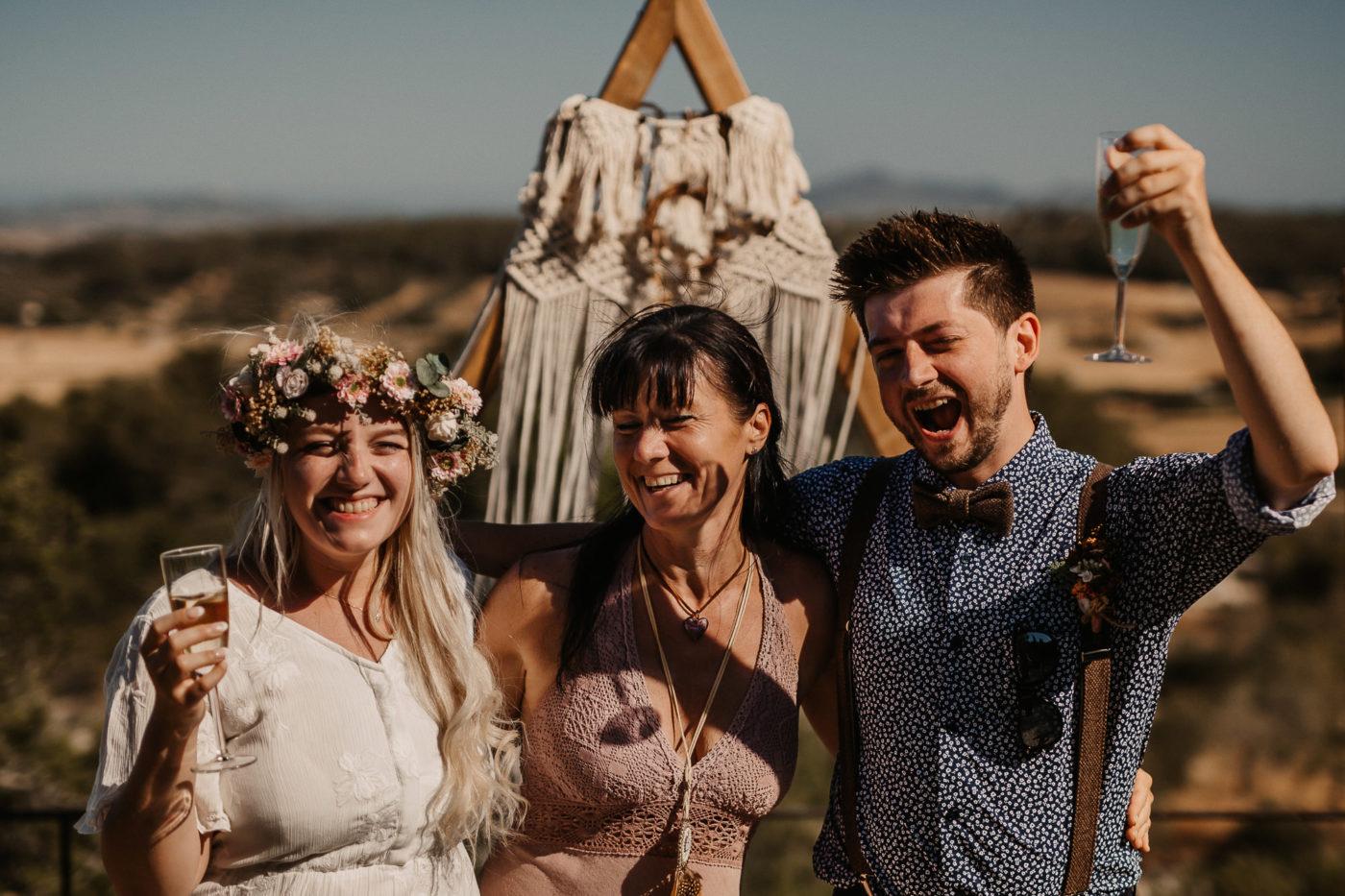 Gemeinsames Foto mit meinem Boho Hochzeitspaar auf der Finca Osa Mayor auf Mallorca