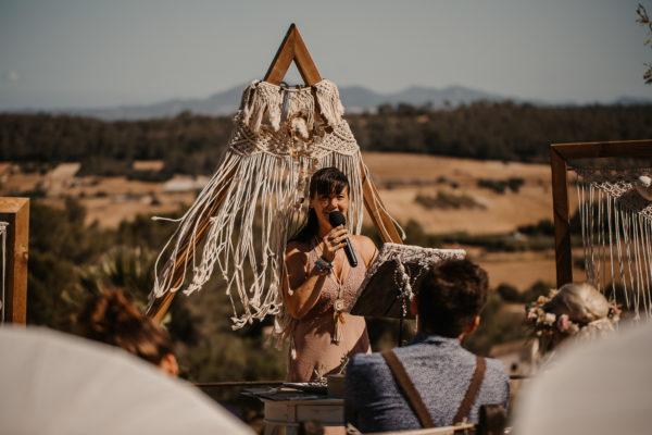 Ich als Traurednerin während der Zeremonie vor dem Boho Hochzeitsbogen